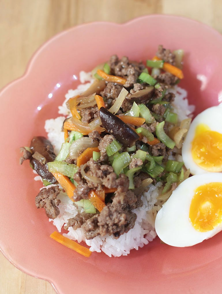 Well-seasoned ground beef, the umami flavor of shiitake and the light crispiness of vegetables go together in a stir fry that cooks in 10 minutes!