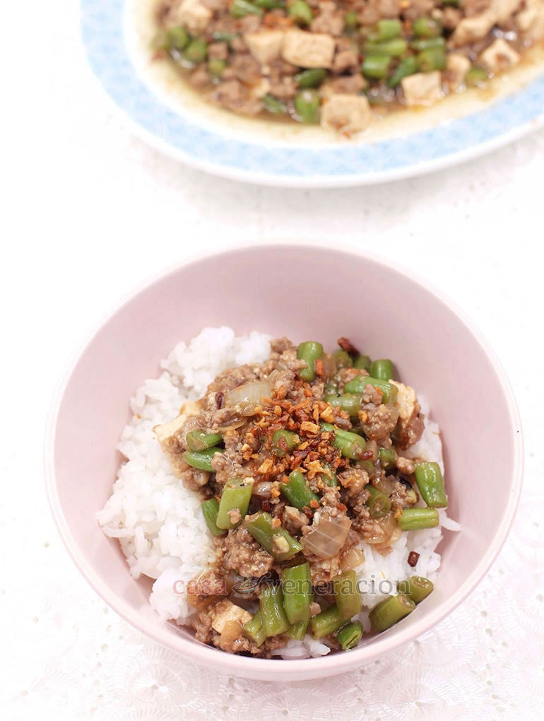 Marinate the ground pork, stir fry, add green beans, tofu and a thickened sauce. Easy, fast, tasty and only one cooking pan is needed. Ladle the ground pork, green beans and tofu stir fry over rice, drizzle in some sauce, sprinkle with fried garlic and happy eating!