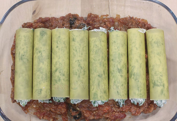 Spinach and Cream Cheese Stuffed Cannelloni With Meat Sauce Recipe, Step 3: Arranged the stuffed cannelloni in a baking dish