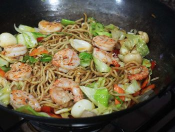 Fresh shrimps give stir fried noodles a wonderful flavor that is at once sweet and savory. Cook this shrimp chow mein in 10 minutes!