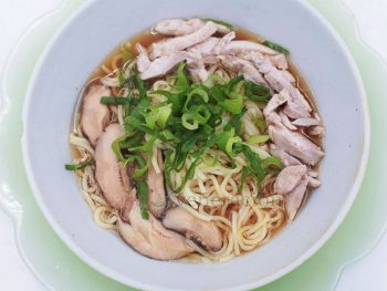 Make a tasty broth with an unmistakable umami flavor for your shoyu chicken ramen. Boil chicken with leeks, ginger and shiitake. Then, stir in dashi.