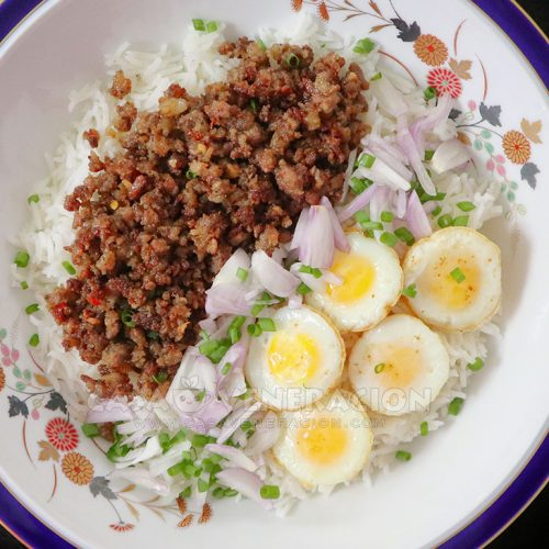Sausage meat and fried quail eggs rice bowl
