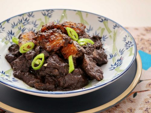 Dinardaraan (Ilocano dinuguan) garnished with slices of green chili