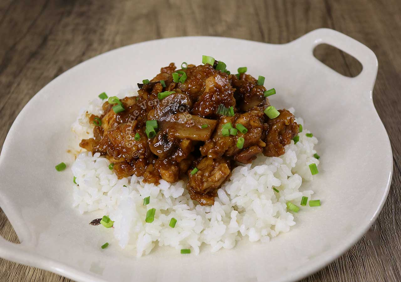 Chicken salpicao sprinkled with sliced scallions